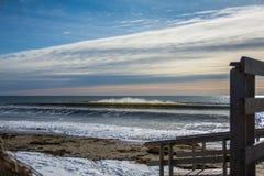 Göra perfekt vågen på en solig dag med förgrundsbakgrundsbohkeh Arkivfoto