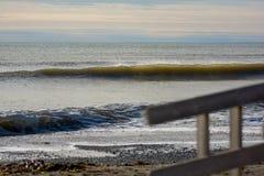 Göra perfekt vågen på en solig dag med förgrundsbakgrundsbohkeh Royaltyfri Fotografi