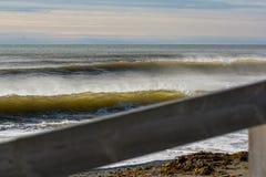 Göra perfekt vågen på en solig dag med förgrundsbakgrundsbohkeh Arkivbilder