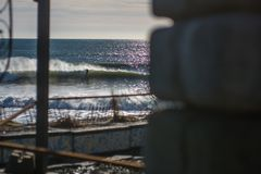 Göra perfekt vågen på en solig dag med förgrundsbakgrundsbohkeh Royaltyfri Bild