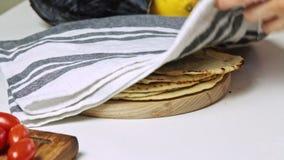 Göra pitabrödet för att laga mat sötpotatisquesadillaen stock video