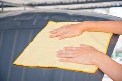 Göra ren bilen arkivbilder