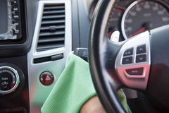 Göra ren bilinre med den gröna microfibertorkduken fotografering för bildbyråer