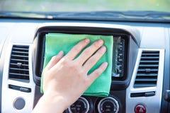 Göra ren bilinre med den gröna microfibertorkduken Arkivbilder
