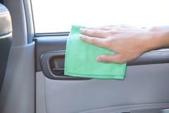 Göra ren bilinre med den gröna microfibertorkduken arkivfoto