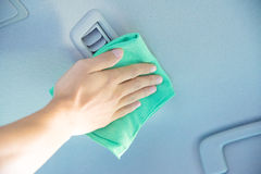 Göra ren bilinre med den gröna microfibertorkduken royaltyfria bilder