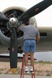 Göra ren en motor för bombplan B-17 Arkivbild