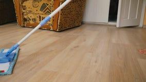 Göra ren golvet med en golvmopp