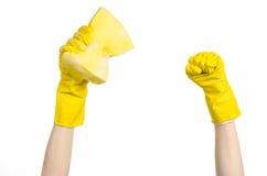 Göra ren hus- och sanitetsväsenämnet: Hand som rymmer en gul svamp våt med skum som isoleras på en vit bakgrund i studio Fotografering för Bildbyråer
