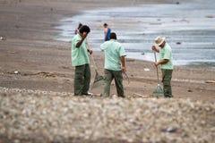 Göra ren upp stranden Arkivbilder