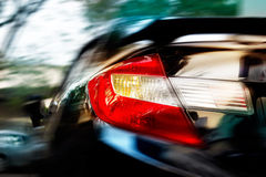 Göra sammandrag en bilkörning på hastigheter i den mjuk och rörelsesuddigheten för gata för staden, Royaltyfria Foton