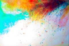 Göra sammandrag färgat färgpulver i vattnet, målarfärgblandning arkivbilder