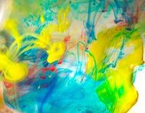 Göra sammandrag färgat färgpulver i vattnet, målarfärgblandning royaltyfria foton