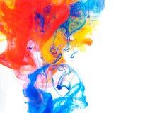 Göra sammandrag färgat färgpulver i vattnet, målarfärgblandning royaltyfri foto