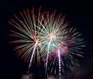 Göra sammandrag kulör fyrverkeribakgrund som används för nytt år f för samkopieringen fotografering för bildbyråer