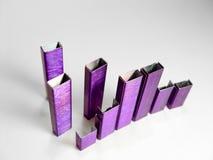 göra sammandrag purpura häftklamrar arkivfoton