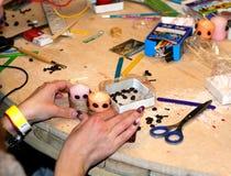 Göra stearinljus handgjorda Garnering av stearinljus med kaffebönor Fotografering för Bildbyråer