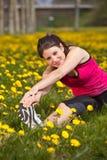 göra sträcker övningar kvinnan Fotografering för Bildbyråer