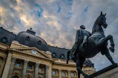 Göra till kung Carol den 1st statyn i Bucharest, morgonljus royaltyfri bild
