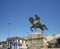 Göra till kung den Alfonso VIII statyn i Puerta del Sol av Plasencia, Caceres royaltyfri fotografi