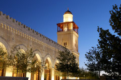 Göra till kung den Hussein Bin Talal moskén i Amman (på natten), Jordanien Arkivbilder