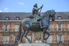 Göra till kung den Philip III statyn i Plazaborgmästaren, Madrid Arkivbilder
