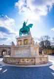 Göra till kung den Saint Stephen statyn och fiskaretorn på Matthias Church, Budapest Arkivbild
