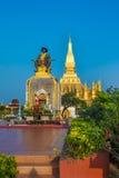 Göra till kung den Setthathirat statyn och Pha den Luang stupa Royaltyfri Fotografi