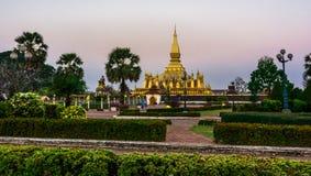 Göra till kung den Setthathirat statyn och Pha den Luang stupa Arkivbilder