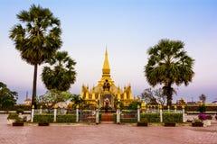 Göra till kung den Setthathirat statyn och Pha den Luang stupa Royaltyfri Foto