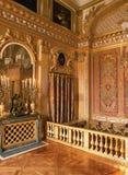 Göra till kung det Louis XIV sovrummet på den Versailles slotten, Frankrike Arkivbild