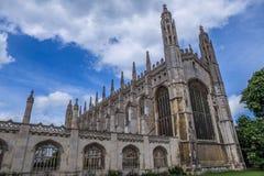 Göra till kung högskolakapellet för ` s, Cambridge, England - den sena gotiska stora byggnaden med en vidsträckt fan välvde taket arkivfoto