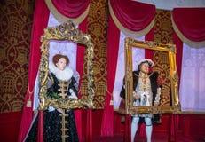 Göra till kung Henry 8th och göra till drottning Elizabeth I vaxdiagram på madamen Tussauds Wax Museum London Arkivbilder