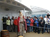 Göra till kung Neptune som döper passagerare på korsning av norra polcirkeln royaltyfri fotografi