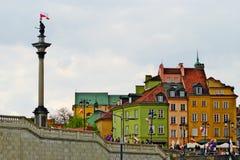 Göra till kung Sigismund III Vasa kolonn och hyreshusar i Warsaw's den gamla staden, Polen Arkivbild