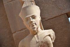 Göra till kung Tut som den stora guden Amun på den Karnak templet Aswan Egypten arkivbild