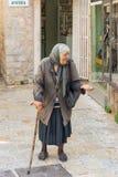 Göra till tiggare kvinnan i gatan av gamla Budva i Montenegro Royaltyfri Foto