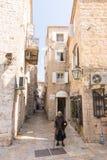 Göra till tiggare kvinnan i gatan av gamla Budva, Montenegro Arkivbild