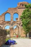 Göra till tiggare kvinnan och turister nära Roman Forum royaltyfria foton