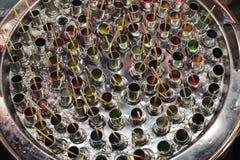 G?ra traditionell glass, genom att rotera r?ret i beh?llaren som fylls med is, och salta arkivbild