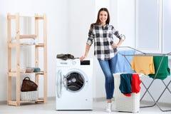göra tvätterikvinnabarn arkivbilder