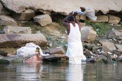Göra tvätterit i Gangesen Fotografering för Bildbyråer