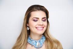 Göra vit för tänder för kvinnaleende vitt arkivbilder