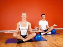 göra yoga för övningsgruppfolk Royaltyfri Bild