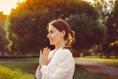 göra yoga för flicka utomhus Royaltyfria Foton