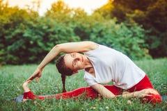 göra yoga för flicka utomhus Royaltyfri Bild