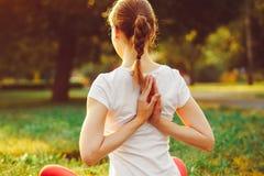 göra yoga för flicka utomhus Royaltyfria Bilder