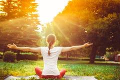 göra yoga för flicka utomhus Royaltyfri Fotografi