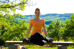 göra yoga för flicka utomhus Arkivbild