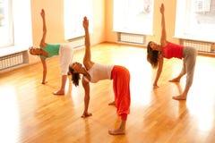 Göra yoga i hälsoklubba Fotografering för Bildbyråer